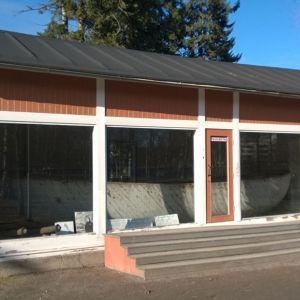 Kuvassa rakennus, jossa barkassia säilytetään. Alus näkyy ikkunaseinän takana.