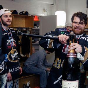 Ari Vallin yritti avata samppanjapulloa kirveellä.