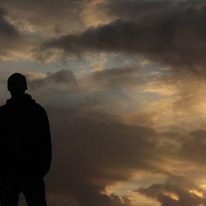 Mies ja pilvinen taivas