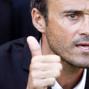 Celta Vigon päävalmentaja Luis Enrique näyttää peukaloaan.