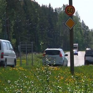 Valtatie 8 Porin Isomäen kohdalla. Autoja.