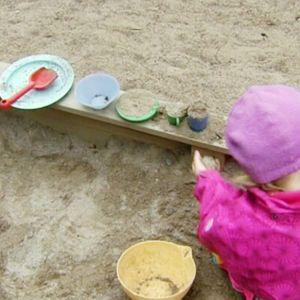 Lapsi päivähoidossa hiekkalaatikolla.