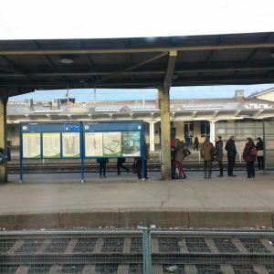 Riihimäen rautatieaseman laitureilla junaa odottavia ihmisiä