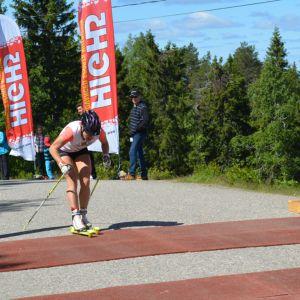 Aino-Kaisa Saarinen saavuttaa maailiviivan Vuokatin vaaran laella Aateli Race -kilpailussa.