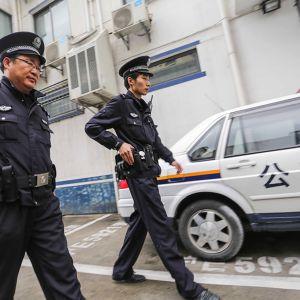 Poliisit partioivat kadulla Shanghaissa, Kiinassa huhtikuussa.