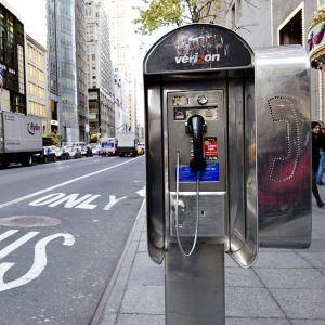 Puhelinkioski  57th Street ja 5th Avenuen kulmassa.