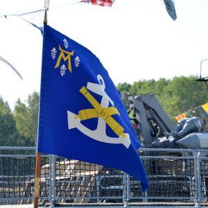 Merivoimien lippu liehuu tuulessa.