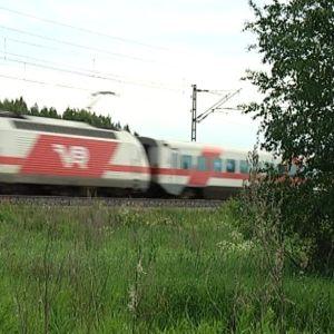 Intercity -juna menee vauhdilla ohi.