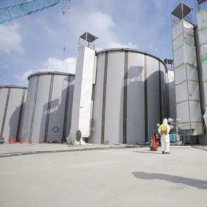 Ydinvoimalan työntekijät hitsasivat vesitankkeja Fukushiman voimalassa maaliskuussa 2014.