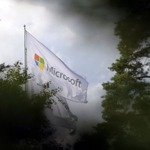 Microsoftin liput liehuvat Keilaniemessä Espoossa.