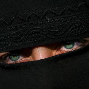 Niqabissa on aukko silmille.