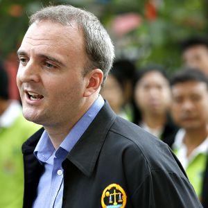 Andy Hall saapumassa oikeudenkäyntiin Bangkokissa 2. syyskuuta.