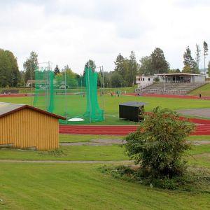 Urheilukenttä sijaitsee aivan Saarijärven keskustassa.