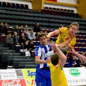 Riihimäen Cocksin Andreas Rönnberg pääsee heittämään HC Westin Andres Genbergin tiukasta vartioinnista huolimatta.