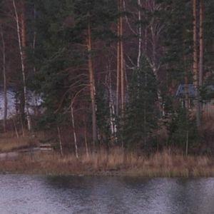 Mökki järven rannalla syksyllä