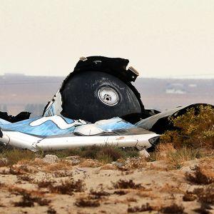Virgin Galactic -yhtiön avaruuslentolaitteen jäännökset maassa.