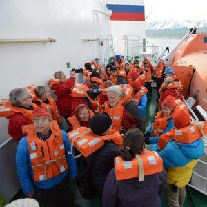 Pelastusharjoitus on ensimmäinen ja viimeinen pakollinen rituaali Etelämantereelle seilaavalla laivalla.