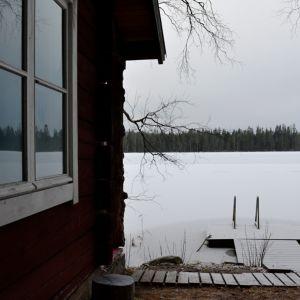 Sauna järven rannalla.