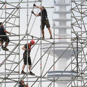 Työntekijät pystyttävät rakennustelineitä Hampurissa.