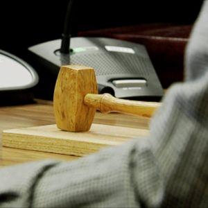 Nuija oikeussalissa tuomarin pöydällä.