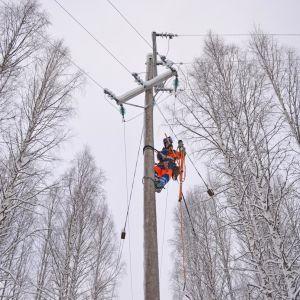 Sähköasentaja kiipeää sähkötolppaan