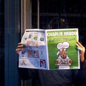 """Pakistanin parlamentti tuomitsi eilen torstaina lehden uusimman numeron kannen rienaavaksi, jossa profeetta Muhammedia esittävä hahmo kannattelee kylttiä, jossa lukee """"Tout est pardonné""""- """"Kaikki on anteeksiannettu""""."""