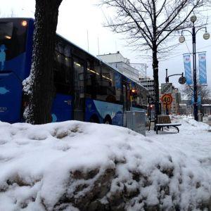 Bussi Lahden keskustassa Aleksanterinkadulla.
