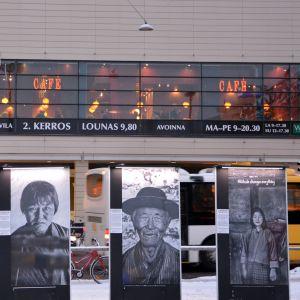 Meeri Koutaniemen valokuvia Turun kauppatorin näyttelyssä.