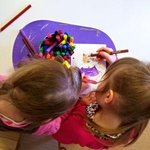 Lapset värittävät päiväkodissa