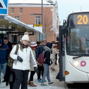 Linja-auto ja matkustajia Oulun keskustassa