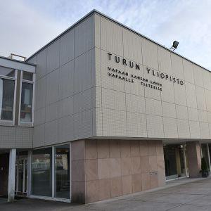 """Turun yliopiston hallintorakennuksen seinässä lukee teksti: """"Vapaan kansan lahja vapaalle tieteelle""""."""