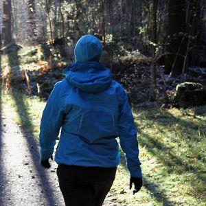 Nuori nainen kävelee luonnossa.