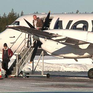 Ihmisiä poistumassa Nextjetin lentokoneesta.