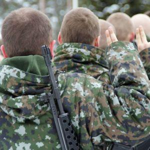 Alokkaat vannovat sotilasvalansa.