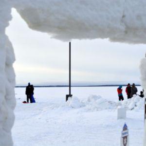 Nallikarin talvikylä rantaa.