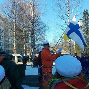 Opiskelijat lakittavat Elias Lönnrotin patsaan Kajaanissa.
