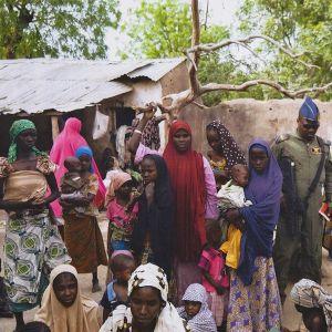 Nigerian armeijaan kuuluva mies ja Boko Haramilta pelastettuja naisia ja lapsia Sambisan metsäalueella Koillis-Nigeriassa.