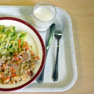 Kouluruokaa lautasella.