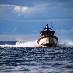 Meripelastusseura Pirkanmaan alus PV417 kyntää Näsijärveä