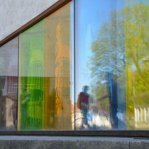 Pääkirjaston värikkäät ikkunat.