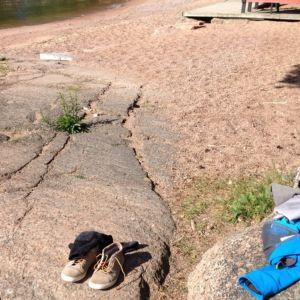 Uimarin vaatteet ja kengät uimarannalla.