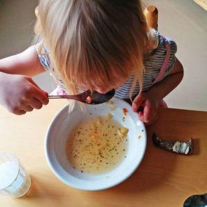 Lapsi syö.
