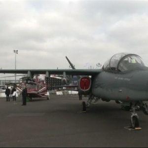 Pariisin ilmailunäytöksen lentokoneita ja vieraita.
