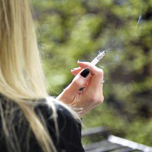 Tupakoitsija.