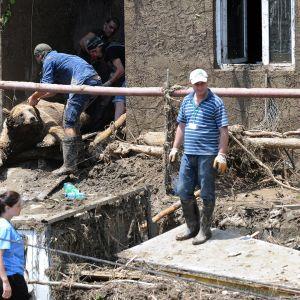 Tulvassa kuolleen karhun ruumista siirretään Tbilisin eläintarhassa 15. kesäkuuta.