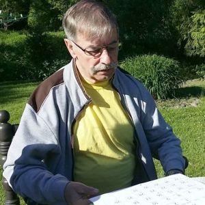 sääprofeetta Pentti Sjöblom katselee kalenteria takapihallaan