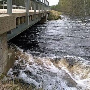 Vesi tulvii sillan alla.