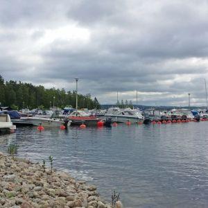 Veneitä satamassa.