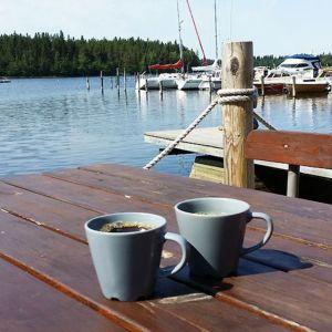 Kahvimukit pöydällä venerannassa.