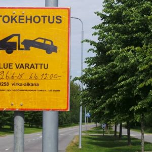 """Erikoinen siirtokehotuskyltti Porissa Kirjurinluodossa 6.7.2015. """"Katualue varattu"""" jostain alkaen mutta ei mihinkään päättyen."""